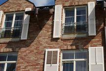 Dřevěné okenice / Okenice jsou vyráběny nejnovější technologii řezání. K zaručení kvality materiálu je použita speciální odruda modrého smrku.