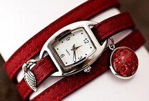 Lieblingsfarbe: Rot! / Rote Schmuckstücke sind etwas Besonderes. Wir haben verschiedenste Schmuckstücke mit unterschiedlichen Rottönen. Ob Ohrringe, Ketten, Armreifen oder Uhren, hier dominiert die Lieblingsfarbe: rot.