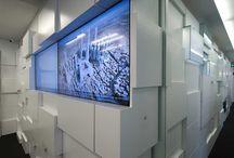 """Uffici P Via Valadier / Una serie di elementi spaziali disegnano una """"superficie a spessore"""" che di volta in volta organizza le boiserie, gli spazi di contenimento e gli spazi per l'attesa e l'accoglienza."""