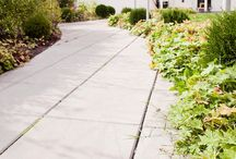 Helle Premium / Premium finnes i tre ulike moduler og er en klassisk betonghelle for hager og offentlige miljøer. Hellen har fasete kanter og fugeknaster på tre sider. Ypperlig å blande med våre øvrige produkter av belegningsstein, naturstein og heller. Prøv også avrenningsheller (Ränndal) ved nedløpsrør for enkelt å bli kvitt vannet.