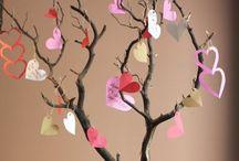 Des coeurs en papier sur une jolie branche pour une décoration tendance St…