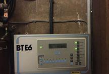 """Tableaux de commandes de cloches Bodet / Dans les édifices religieux, dans les tours d'horloge ou les mairies disposant de cloches, il y a un tableau de commande, le plus souvent des tableaux de commande de la marque Bodet, les tableaux  de commande actuelles nommées """"Opus"""" disposent d'une antenne de radio-synchronisation, quant aux modèles BTE6, elles disposent d'un témoin rouge qui s'illumine grâce à une antenne de radio-synchronisation."""