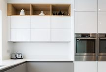 White Next125 Kitchen / A beautiful handless kitchen using contemporary finishes of Matt Glass in Stone Grey and a High Gloss Lacquer in Crystal White. The warm knotty oak bar panel and shelves adds an injection of warmth.