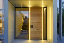 Haustüren / Eine Haustür ist der Eingang zu Ihrem Zuhause. Die Tür kann so individuell sein wie Sie und muss nicht immer aus Kunstoff sein. Ob moderne Aluminiumtür oder eine schöne Eingangstür aus edlem Holz. Lassen Sie sich von inspirieren und suchen Sie sich danach Ihre Wunsch-Tür auf www.fenster24.de/haustueren aus.