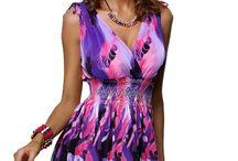 Kratší dámské šaty s motivem květů z lehkého materiálu fialové
