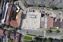 OC Brezno / Obchodné centrum v Brezne abstraktne stvárňuje blízke kopce Nízkych Tatier.
