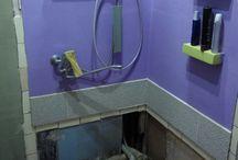 Renovace koupelny 9/2017 / Po roce jsme se rozhodli, že bychom koupelnu předělali definitivně. Zrušili jsme sprchový kout starý asi 12 let a rozhodli se instalovat jen sprchovou vaničku s následnou dostavbou. Jelikož máme koupelnu dřevěnou/ papundeklovou, tak jsme chtěli aby koupelna vypadala jako zděná. Proto zbytek koupelny se natáhl lepidlem s perlinkou a některé stěny i štukem. Vymalováno je barvami HET. Silikonová fasádní a akrylátová fasádní. Kvůli odpadům musela. byť vanička zvýšená o 15 cm.