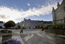 Elven / Elven, village étape, est situé à une quinzaine de kilomètres de Vannes sur l'axe Vannes-Rennes (RN 166) et est le chef-lieu du canton d'Elven. Proche des Landes de Lanvaux, Elven est entouré par plusieurs forêts : bois du Helfaut, bois de Coeby, Kerfily, la Boissière.  Le centre-ville s'étale autour de l'imposante église Saint-Alban.
