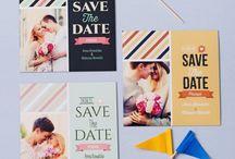 Save The Date / Mówiąc po polsku to zawiadomienie o ślubie oraz prośba o zarezerwowanie tego dnia dla Was. Save the date wysyłamy w momencie, kiedy znamy już datę ślubu, ale nie jesteśmy jeszcze w stanie potwierdzić jego szczegółów, najlepiej na 10 miesięcy przed planowaną uroczystością. Pozwoli to Waszym gościom zarezerwować ten dzień dla Was i uniknąć w tym czasie innych zobowiązań, a także finansowo przygotować się do weselnej zabawy. Wasi najbliżsi z pewnością docenią ten gest.