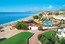 Kos - Mitsis Norida Beach / Immerso in gradevoli giardini ricchi di fiori e palme, riprende fedelmente i canoni tipici dell'architettura locale; situato direttamente sul mare, dista 5 km dal centro animato di Kardamena, 14 km dall'aeroporto e 32 km da Kos città.