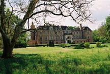 Wroniawy - Pałac / Pierwotny pałac we Wroniawach został zbudowany około 1820 roku przez hrabiego Adama Gajewskiego, ówczesnego właściciela majątku. Hrabia podarował majątek swojej córce Antoninie, gdy wychodziła za mąż za hrabiego Platera. W 1895 roku hrabia Plater sprzedaje majątek. W 1904 roku kolejny właściciel, baron Goldschmidt-Rorschild przebudowuje pałac w stylu neobarokowym. Od roku 1958 mieści się w nim Państwowy Dom Wczasów Dziecięcych.
