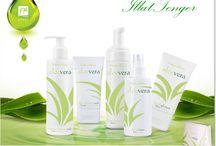 ALOE VERA termékcsalád / Milyen termékek találhatóak a kollekcióban? Az Aloe Vera Kollekcióban 5 termék található, ezek közül 4 a komplex arcápoláshoz ajánlott: arctisztító hab, peel-off arcpakolás, arctisztító tonik, arcápoló gél-krém, valamint egy testápoló termék – az intim mosakodó emulzió.