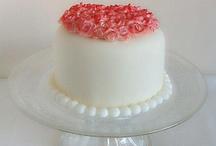 Mini tarta de san Valentín  / Deliciosa tarta de bizcocho de canela, rellena de buttercream de frambuesa y confitura de arándanos, cobertura y rosas realizadas con fondant.