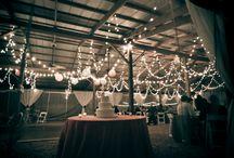 Des lumières pour éclairer une salle de mariage rustique