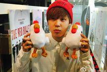Park Jimin / Stage Name : Jimin (지민) Nome: Park Jimin → Hangul : 박지민 Apelidos: Jiminne, Dooly, ChimChim, Mochi Posição no Grupo: Vocal líder, dançarino líder.