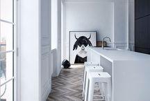 Moderne vloer / Door de juiste bewerking van een parketvloer te kiezen, krijgt de vloer de uitstraling die je zoekt. Eén van de meest recente trends is een grijze, houten vloer die in combinatie met de juiste meubels voor een moderne uitstraling van de ruimte zorgt. Ook bij het leggen van een nieuwe vloer heb je de keuze om een verouderde, grijze look aan te brengen.