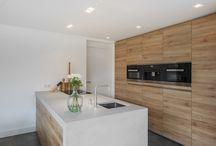 Keukens || Modern / Strakke lijnen maken een moderne keuken. Er wordt weinig gebruik gemaakt van ronde vormen en de kracht zit hem in het minimalisme. Doe inspiratie op voor de verschillende mogelijkheden in kleur en materiaal!