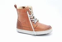Blackstone kinderschoenen / Blackstone schoenen is een Nederlands bedrijf ontstaan in 1992. Blackstone begon als een workers merk en is hedendag één van de hipste merken van dit moment.   Blackstone heeft gave damesschoenen, herenschoenen, jongensschoenen en meisjeschoenen met de allermooiste en stoere disigns. De schoenen van Blackstone zijn geheel gevoerd met leer en in de winter met echte wol, wat de schoenen zeer aangenaam maakt ook bij koude tempraturen!