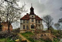 Janowice Duże - Pałac / Pałac w Janowicach Dużych to barokowa budowla wzniesiona na początku XVIII w. dla rodziny von Liedlau. W wieku XIX pałac przeszedł remont, a następny miał miejsce w 1961 r. Obecnie stoi pusty.