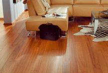 Massivholzdielen / ... individuelles und natürliches Ambiente mit Charme  Massivholzdielen - darunter verstehen wir Dielenböden, die aus einem ganzen Stück Holz gefertigt werden. Parkett verfügt dagegen über nur eine dünne Nutzschicht aus einem zusammenhängenden Stück Holz. Die großen Dielen verbreiten nicht nur ein tolles Flair, sondern lassen sich mit ihrer Tragfähigkeit auch auf einer Unterkonstruktion aus Holz verlegen, welche etwa bei einem Altbau mit unebenem Boden nötig sein kann.