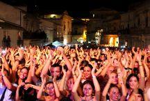 """VI EDIZIONE - 20 AGOSTO 2016 / La musica popolare del Sud Italia torna ad essere protagonista dell'estate con il """"Taranta Sicily Fest"""". Sabato 20 agosto Scicli, in provincia di Ragusa, ospiterà infatti la sesta edizione del festival più famoso del Sud Est siciliano, dedicato appunto alla musica popolare."""