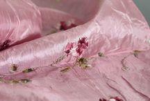 Foulard rose pour femme / Pour les filles surtout mais pour les hommes aussi une sélection de foulards rose. Foulard, carré, écharpe, étole et châle de couleur rose pale, poudre ou fushia fluo pour femme. Des foulards en soie, en lin, en chanvre, en laine, en cachemire, en coton doux chic mode et tendance.