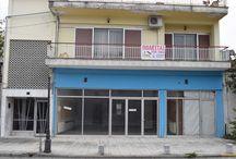 Πωλείται Μονοκατοικία με ισόγειο κατάστημα στη Κατερίνη Πιερίας / Πωλείται   δυόροφη μονοκατοικία  στην Κατερίνη Πιερίας. Διαθέτει ένα ισόγειο κατάστημα ενενήντα (90) τ.μ. ιδανικό για οποιαδήποτε χρήση και ένα διαμέρισμα στον πρώτο(1ος) όροφο του κτηρίου με πολύ ευρύχωρους και άνετους χώρους , μεγάλα μπαλκόνια με θέα στον Όλυμπο,  κήπο,αποθηκευτικό χώρο, και ιδιωτικό πάρκινγκ.Είναι πέντε χιλιόμετρα  απο την θάλασσα  και απέχει μόλις 5 λεπτά απο το κέντρο τις Κατερίνης.Βρισκεται σε πολύ εμπορικό δρόμο .