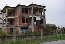 Πωλείται ημιτελείς εξοχική κατοικία στην παραλία Κατερίνης / Πωλείται καινούργια,ημιτελείς,πολυτελή  κατοικία στην παραλία Κατερίνης 300 μέτρα απο την θάλασσα  η κατασκευή της έχει φτάσει ως το τούβλο είναι χτισμένη σε γωνιακό οικόπεδο 680 τ.μ. και σε εξαιρετική θέση ανάμεσα σε ξενοδοχεία,γήπεδα μπάσκετ , τένις και έχει θέα στον Όλυμπο.  http://www.girni-realestate.com , Τηλ: +30 23510 62720 Κιν: +30 6978 553773 Fax: +30 23510 62720 Email: info@girni-realestate.com