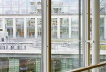 Handelshögskolan / Handelshögskolan är belägen där Vasagatan och Sprängkullsgatan möts. En ny byggnad uppfördes 1995 som byggdes ihop med befintlig byggnad. Biblioteket och stora föreläsningssalen har ett markant läge i en rund byggnad i kvarterets bästa hörn. Läsesalen har släktskap med Asplunds stadsbibliotek i Stockholm. Arkitekter: Peter Erseus och Carl Nyrén