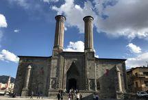 Erzurum Çifte Minareli Medrese / Erzurum denilince ilk aklımıza burası geliyor. Yapılış tarihi, kimin yaptığı pek bilinmiyor ancak Selçuklu Sultanı Alaaddin Keykubat'ın  kızı Hundi Hatun tarafından yapıldığı söyleniyor. Her biri 26 metre yüksekliğinde rengaren çinilerle süslü birbirine benzemese de birbiriyle örtüşen yapısal özelliklere sahip iki minaresinden ismini alıyor. Taş işçiliğinin  en güzel şekilde işlendiği medresenin ana kapısından geniş bir avluya giriyoruz.
