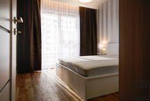 Aranżacje Perfect Space - Klimat pod wynajem / Idealnie uniwersalne mieszkanie pod wynajem. Drewniane akcenty, grzejniki dekoracyjne i duża kuchnia powodują że będzie to idealne mieszkanie dla przyszłego najemcy, który zindywidualizuje je własnymi elementami dekoracyjnymi. W eleganckiej łazience znajduje się duży prysznic z odpływem liniowym.