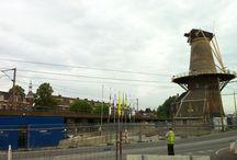 #molenstijgtop / Op woensdag 4 juli 2012 is molencomplex De Roos (1679) in Delft één meter omhoog gevijzeld. Op deze wijze kan onder dit rijksmonument het dak van een nieuwe spoortunnel worden aangelegd.