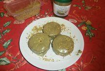 Minicheesecake al pistacchio / Ingredienti per circa 25 minicheesecake: - una confezione di biscotti digestive (circa 300 gr); - 100 gr di burro (oppure solo 50 gr e qualche cucchiaio di latte di soia); - 2 uova; - 600 gr di formaggio spalmabile (magari light); - 1 confezione di crema di soia (la preferisco alla panna da cucina); - 1200 gr di zucchero di canna; - la scorza grattugiata di un limone non trattato.  per la copertura; - crema di pistacchio; - granella di pistacchio.