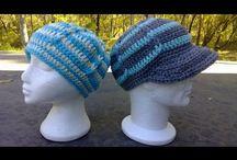 Heklet caps i to farver