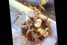 ART AMARILIS DESINGER SXEDIASTRIA KOSMHMATWN /  http://art-amarilis-designer.webnode.gr/news/art-amarilis-designer2/Η Amarilis Deco Γεννήθηκε στον Πειραιά και μεγαλωσε στη Γλυφαδα Τελειώνοντας το σχολείο της Γλυφάδας ακολούθησε τη Σχολή Καλών Τεχνών Πετρά και ακολούθησε γραφικές τέχνες, φωτογραφία, διακοσμητικές εφαρμογές, ελεύθερο σχέδιο, Διακόσμηση και decor βιτρίνας.