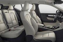 Nuevo  XC 40 SUV Compacto / El Volvo XC40 es el hermano pequeño del Volvo XC60, un crossover compacto de corte premium de 4,42 metros de longitud. Destaca por los faros diurnos de tipo LED con forma de 'martillo de Thor' integrados en el grupo óptico, su característica parrilla, las líneas musculosas, el techo de estilo flotante, los faros traseros en disposición vertical o las 17 combinación de color que compone la paleta del nuevo XC40.