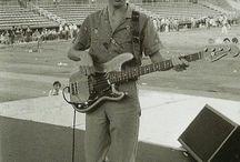 John Deacon met zijn Fender Precision bass uit 1969