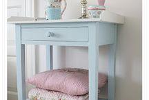 house, bedside table, stolik przyłóżkowy