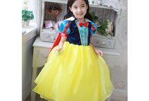 De verkleedkist / Kinder verkleed sets/ kostuums. De een droomt van een prinses te zijn, de ander van een danseres , de jongens eerder van grote Helden zoals bv zorro....deze kostuums brengen de kids net iets dichterbij hun droomwereld...