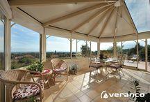 Veranda Rubis / La véranda Rubis est composée d'une toiture 'à facettes', une double pente avec deux pans coupés et une large façade pour de belles ouvertures. Les 2 angles coupés lui confèrent une esthétique harmonieuse. C'est une variante idéale pour admirer tous les angles de vos extérieurs. Cette véranda offre de grande luminosité, grâce à un volume généreux elle s'adapte parfaitement à des toits ou façades de grande hauteur.