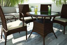 Tramonto Modern / Stolička TRAMONTO s opierkami a čalúnením z umelého ratanu.    - opierky Vám budú oporou pre ruky  - čalúnenie poskytuje dokonalý komfort sedenia  - v prípade potreby sa dá povlak sňať s možnosťou prania alebo výmeny        - konštrukcia umožňuje uložiť jednu stoličku na druhú a tým sa stoličky stávajú stohovateľné   Konštrukcia je zo zváraného hliníka, výplet z kvalitného polyuretanu, čalúnenie z polyesteru impregnovaného teflónom – je možné prať, bez aviváže .