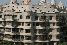 Antoni Gaudi / Antoni Gaudí i Cornet (Reus of Riudoms, 25 juni 1852 – Barcelona, 10 juni 1926) was een Catalaanse architect. Hij ontwierp rond 1900 markante gebouwen en objecten, vooral in Barcelona, waarvan de Sagrada Família het bekendste is.