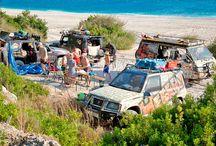 Albania / Albania, położona nad dwoma morzami: Adriatyckim i Jońskim, jest jednym z niewielu krajów w Europie, który nadal zadziwia swoją autentycznością. Wspaniały klimat, zabytki, kuchnia to atuty tego kraju. Albańczycy to ludzie przywiązani do swojej kultury i pielęgnujący tradycję, a jednocześnie pozytywnie nastawieni do turystów. Miejscem, od którego często zaczyna się fascynacja Albanią, jest Saranda – stolica Riwiery Albańskiej, najsłynniejszy kurort, kiedyś dostępny tylko dla dygnitarzy.