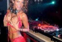 djs show her breasts