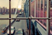 Windows... / Pela janela do quarto/Pela janela do carro/Pela tela, pela janela/Quem é ela?/Quem é ela?/Eu vejo tudo enquadrado/Remoto controle