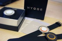HYGGE / Spojení společnosti P.O.S. a talentovaných mladých designérů z celého světa, vznikla unikátní značka HYGGE která je přímo ovlivňována současným skandinávským designem. Ten je navíc doplněn o japonskou kvalitu. Vystupte z šedi zažitých tvarů a stylů a blýskněte se prvotřídním designem!