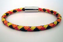 Bracelets de cuir tressé, collection Arlequin / Bracelets de cuir tressé en rond à quatre brins. Le cuir employé est de la peau de reptile. Fermoir en acier inoxydable.