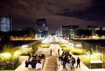 Cérémonie laïque de nuit / Les cérémonies de mariage sont souvent célébrées le jour. Mais on peut aussi les organiser à la nuit tombée, voire aux douze coups de minuit. Ambiance so romantic :-)