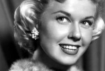 Doris Day / Doris Day is the daughter of Friedrich Wilhelm von Kappelhoff, a music teacher, and Alma Sophia Welz, both children of German immigrants. She starred in 39 films and in America the image of 'girl next door' ('buur meisje').