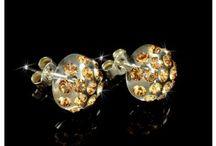 Earings / Die Ohrringe von Cristaluna sind sehr leicht vom Gewicht her zu tragen,  somit entsteht kein ziehen oder ausdehnen des Ohrläppchens. Die manuelle Bohrung und das Einsetzen der effektvollen Swarovski Kristalle in Handarbeit garantieren einen  unverwechselbaren Unikatcharakter. Die Hagen und stifte der Ohrring Collectionen von Cristaluna sind aus 925 rhodiniertem Silber oder 925 Silber vergoldet mit 24 k.